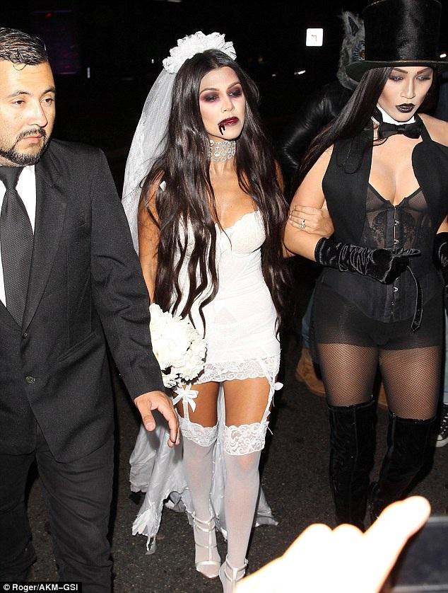 Kourtney Kardashian - chị cô Kim làm cô dâu xác sống