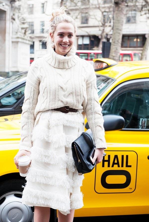 Áo len đan và chân váy xếp ly màu trắng giúp bạn trông điệu đà và rất hợp mốt