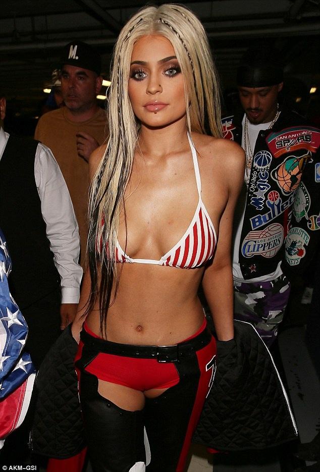 Kylie Jenner hở bạo trong ngày lễ hóa trang