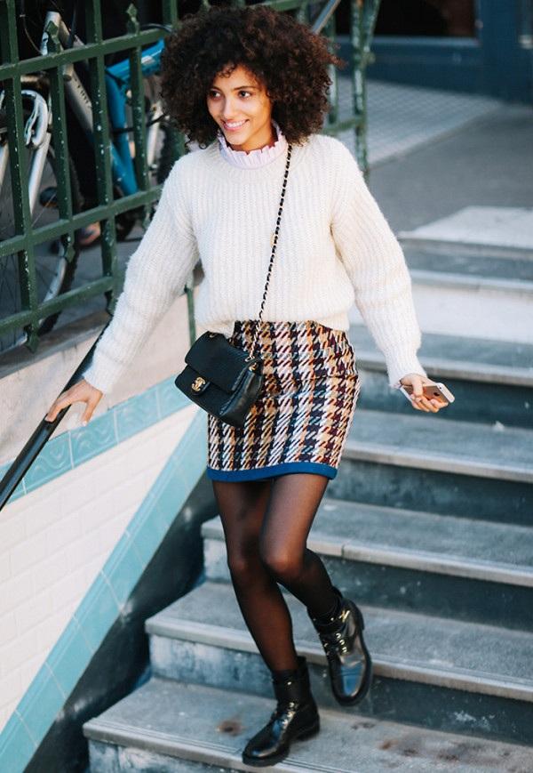 Là người trẻ trung, năng động - áo len trắng và chân váy ôm sát họa tiết kẻ ca ro sẽ giúp bạn nổi bật trên phố.