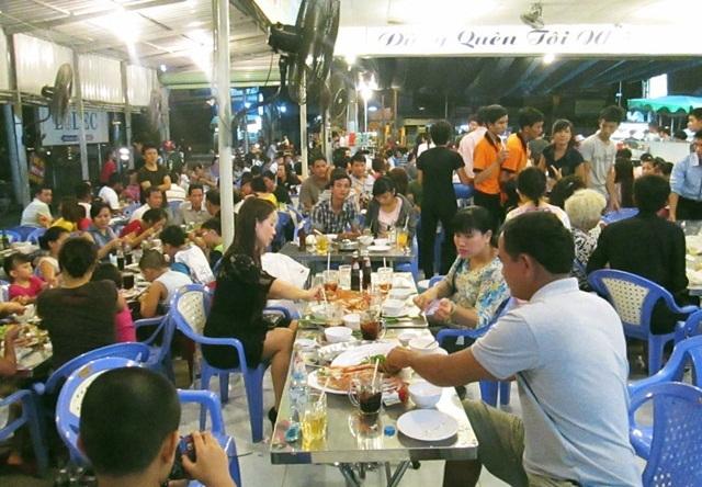 Các hàng quán lại rất đông thực khách ngay trước kỳ nghỉ lễ Tết Tây (Ảnh: Ngô Linh)