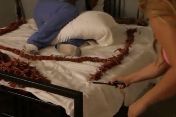 """Thót tim cảnh cô gái đốt pháo trên giường để... """"đánh thức"""" bạn trai dậy - 1"""