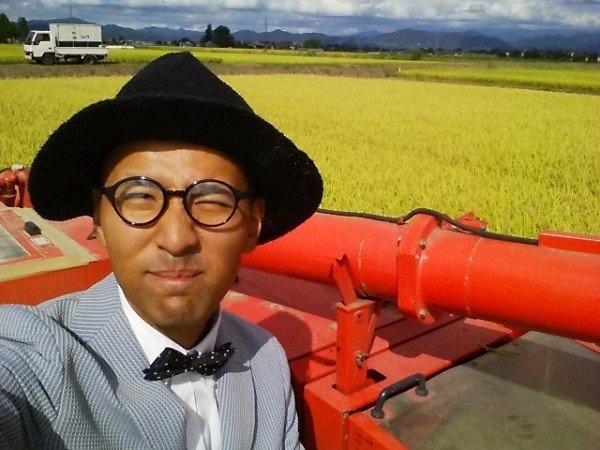 Chàng nông dân người Nhật luôn mặc vest khi đi làm đồng.
