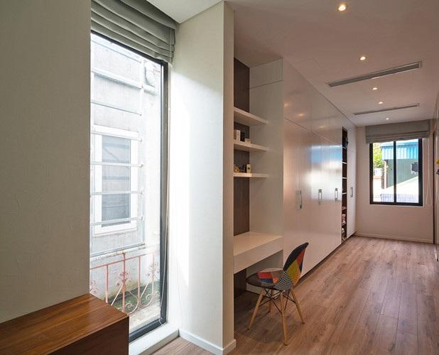 Phòng ngủ nối với hành lang tạo thành không gian mở.