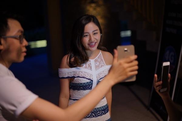 Văn Mai Hương dùng VinaPhone 4G livestream giao lưu cùng Fan.