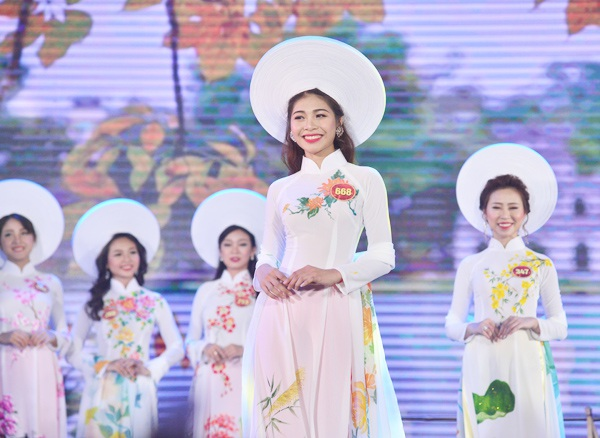 Tân hoa khôi Hồ Ái Thơ rạng rỡ sải bước