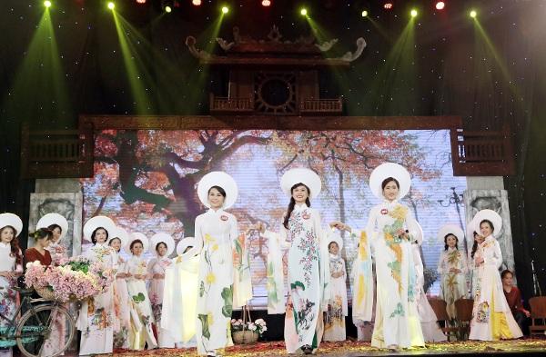 Dù còn chút e thẹn của những nữ sinh chỉ quen với giảng đường, sách vở nhưng 25 thí sinh đã cố gắng thể hiện mình trên sân khấu để gây ấn tượng với ban giám khảo và khán giả
