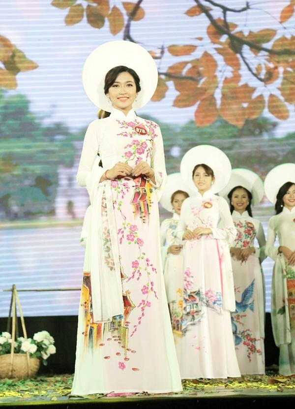 Á khôi 1 của cuộc thi Hoàng Phương Hà nở nụ cười tự tin khi thể hiện khả năng catwalk của mình