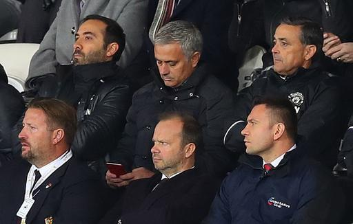 Mourinho phải chỉ đạo học trò từ khu vực khán đài