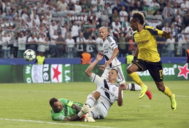 Legia (trắng) bị đánh giá là đội bóng yếu nhất bảng F