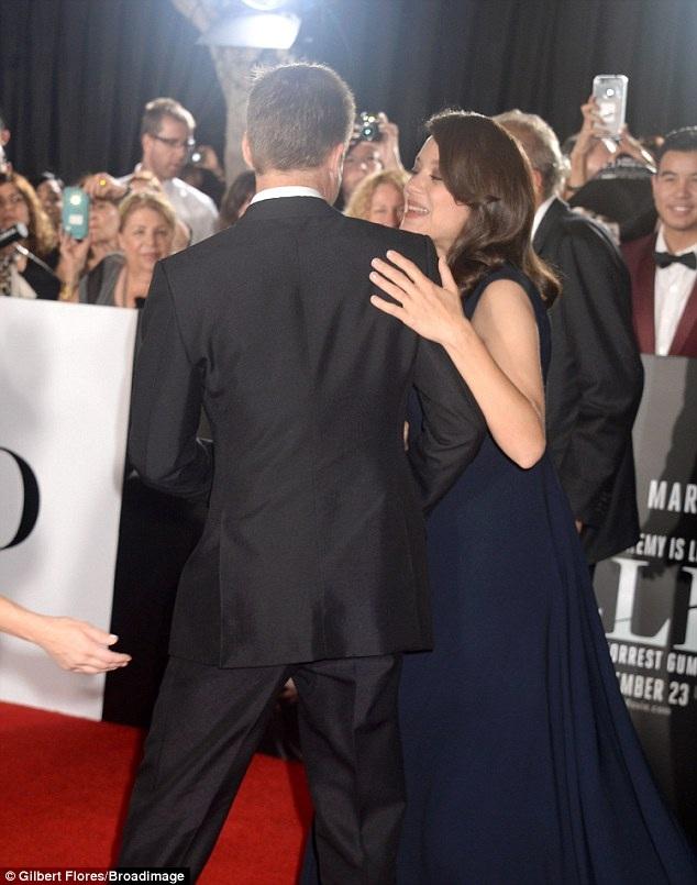 Ngôi sao phim Ông bà Smith còn dính tin đồn lăng nhăng với bạn diễn Marion Cotillard nhưng chính minh tinh người Pháp này đã lên tiếng phủ nhận mọi lời đồn đại kèm thông báo cô đang mang thai đứa con thứ 2 với chồng