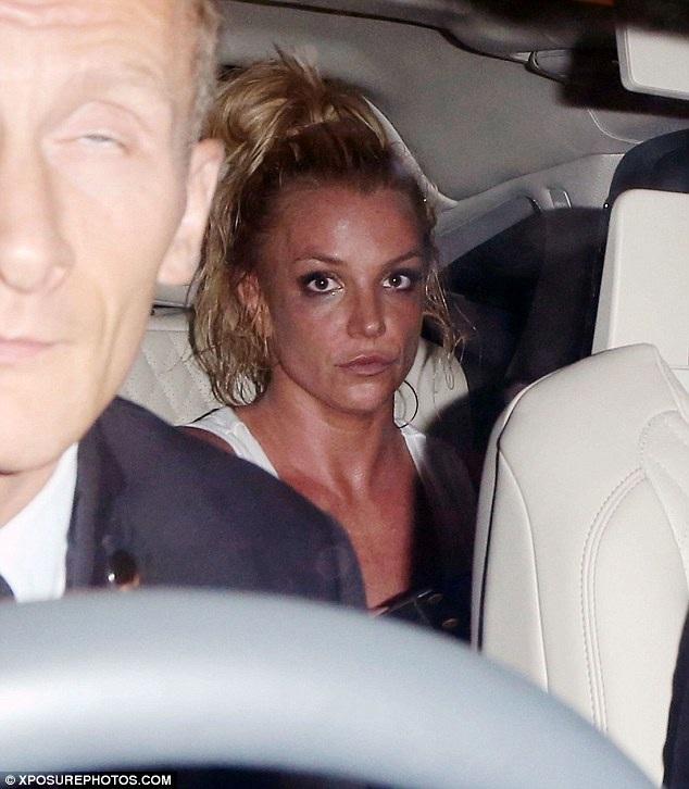 Britney Spears rời địa điểm biểu diễn với gương mặt nguyên son phấn, tóc buộc cao và nhanh chóng trở về khách sạn cùng ê kíp của mình