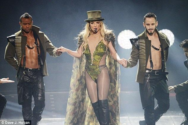 Khán giả Anh quốc rất háo hức đi xem buổi diễn của Britney vì đã 5 năm rồi cô không tới diễn ở đây