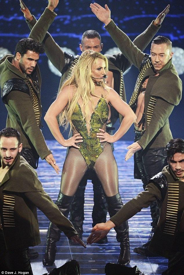 Britney dồn nhiều tâm sức cho công việc hiện nay, cô không hẹn hò với bất kỳ ai