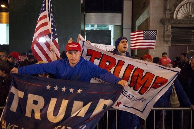 Những người ủng hộ ông Trump vui mừng trước kết quả bầu cử (Ảnh: Reuters)