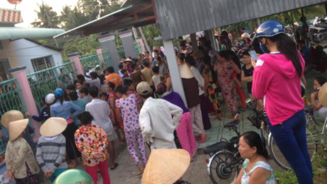 Hàng trăm người dan Cai Lậy, Tiền Giang đến bao vây nhà bà Phan Thị Tư trong vụ vỡ hụi chấn động vùng quê (Ảnh: Nguyễn Vinh).