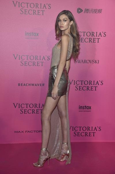 Gigi Hadid diện váy lấp lánh kim sa khoe chân dài miên man