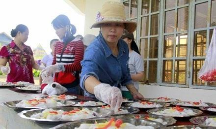 Đội bếp của chị Ngọc Ánh (thôn La Trung) bày các món lên đĩa, chuẩn bị đãi tiệc đám cưới. Ảnh: Thanh Trần.