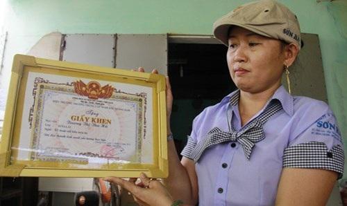 """Chị Trần Thị Thu Hà """"khoe"""" đồng phục lịch sự của đội bếp cùng thành tích xuất sắc của mình trong lớp học nấu ăn."""