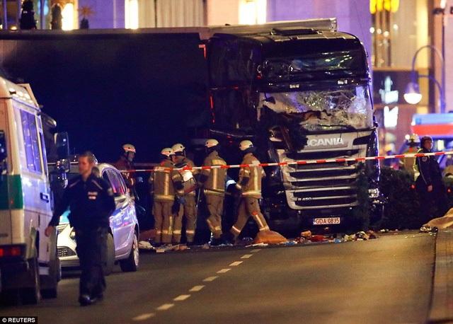 Hiện trường vụ tấn công khủng bố bằng xe tải tại khu chợ Giáng sinh Berlin tối 19/12. (Ảnh: Reuters)