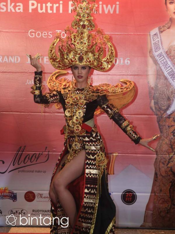 Người đẹp Ariska trình diễn trang phục dân tộc tại cuộc thi Hoa hậu hòa bình thế giới năm 2016 và giành giải trình diễn trang phục dân tộc đẹp nhất.
