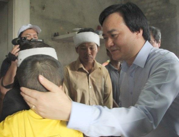 Bộ trưởng Phùng Xuân Nhạ thăm hỏi, động viên gia đình em Trần Ngọc Hào, học sinh lớp 9 Trường THCS Gia Minh (huyện Quảng Ninh, Quảng Bình) không may thiệt mạng trong đợt bão lũ vừa qua.