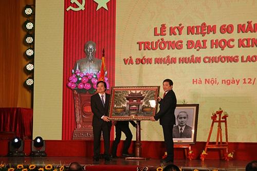 Bộ trưởng Bộ GD&ĐT tặng bức tranh tới trường ĐH Kinh tế quốc dân