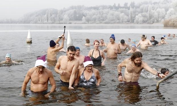 Mọi người xuống hồ bơi trong tiết trời lạnh 4 độ C ở Moosseedorf, Thụy Sĩ (Ảnh: EPA)