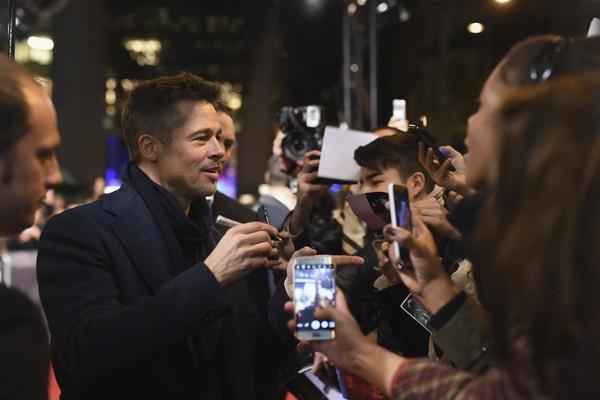 Brad Pitt điển trai dự công chiếu phim mới Allied tại Paris ngày 20/11 vừa qua