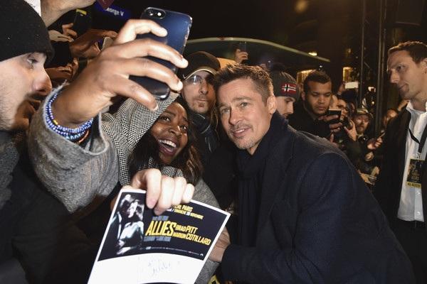 Tài tử 52 tuổi thân thiện chụp hình và ký tặng cùng fans
