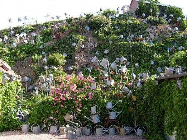 Độc đáo tiệm hoa được trang trí bằng toàn bình tưới - 1