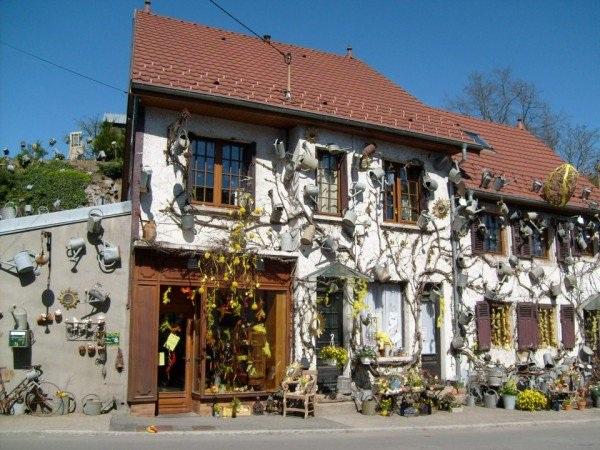 Độc đáo tiệm hoa được trang trí bằng toàn bình tưới - 2