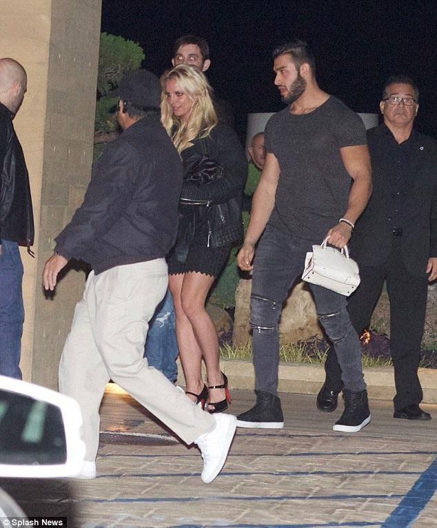 Britney Spears bị cánh săn ảnh bắt gặp khi đi ăn tối cùng bạn trai tin đồn Sam Asghari tại một nhà hàng sang trọng ở Malibu ngày 28/12 vừa qua
