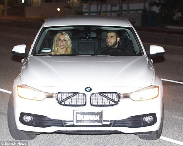 Nữ ca sỹ nổi tiếng đi trên chiếc xe màu trắng của bạn trai. Cặp đôi ghé vào ăn tối tại một nhà hàng sushi