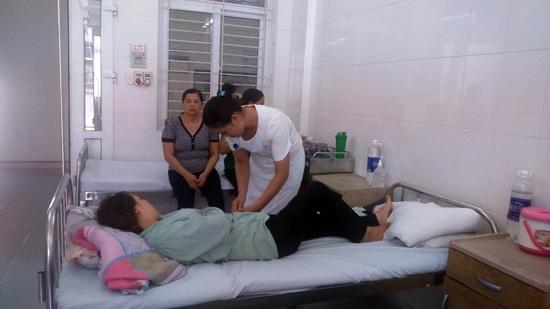 Chăm sóc cho bệnh nhân tại khoa Tai mũi họng, Bệnh viện đa khoa tỉnh Lào Cai. Ảnh: Phương Liên
