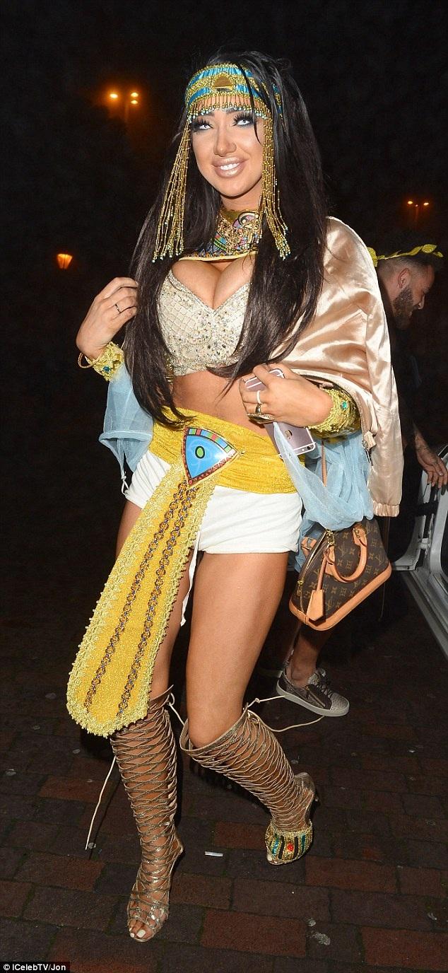 Sao truyền hình thực tế Chloe Khan hóa thân thành nữ hoàng Cleopatra đi chơi Halloween