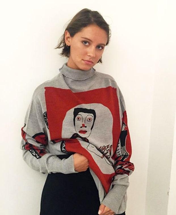 Iris Law là con gái của nam diễn viên Jude Law và vợ Sadie Frost. Cô gái cá tính này đã quảng cáo cho nhãn hiệu Illustrated People và xuất hiện trên tạp chí Teen Vogue