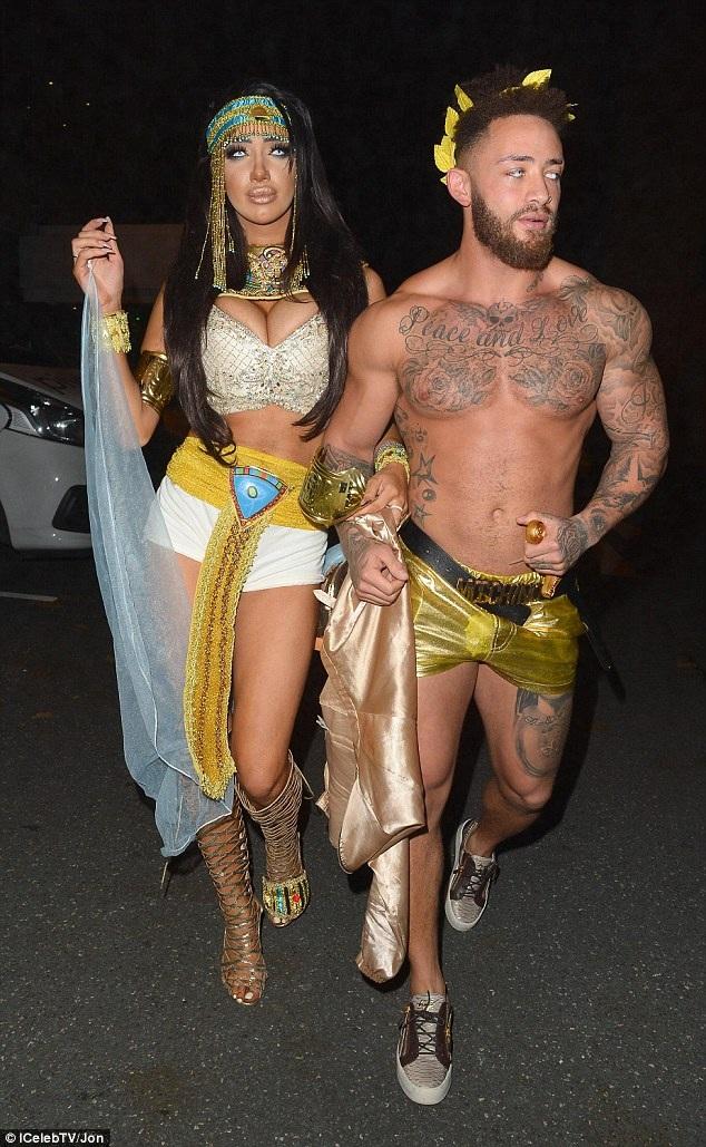 Cleopatra phiên bản Chloe Khan vẫn tiếp tục phải khoe thân... Người đẹp hút mọi sự chú ý của thợ săn ảnh trên phố