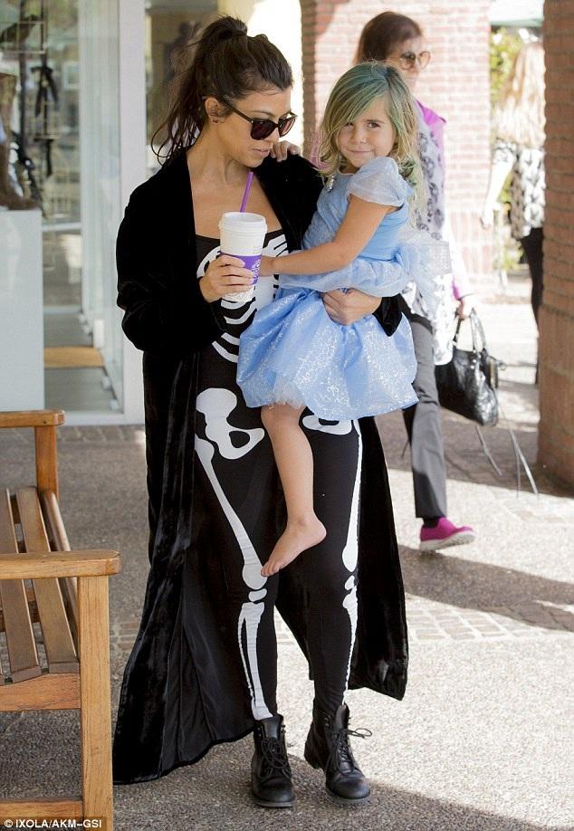 Kourtney Kardashian - chị cô Kim cũng tưng bừng không khí lễ hội hóa trang