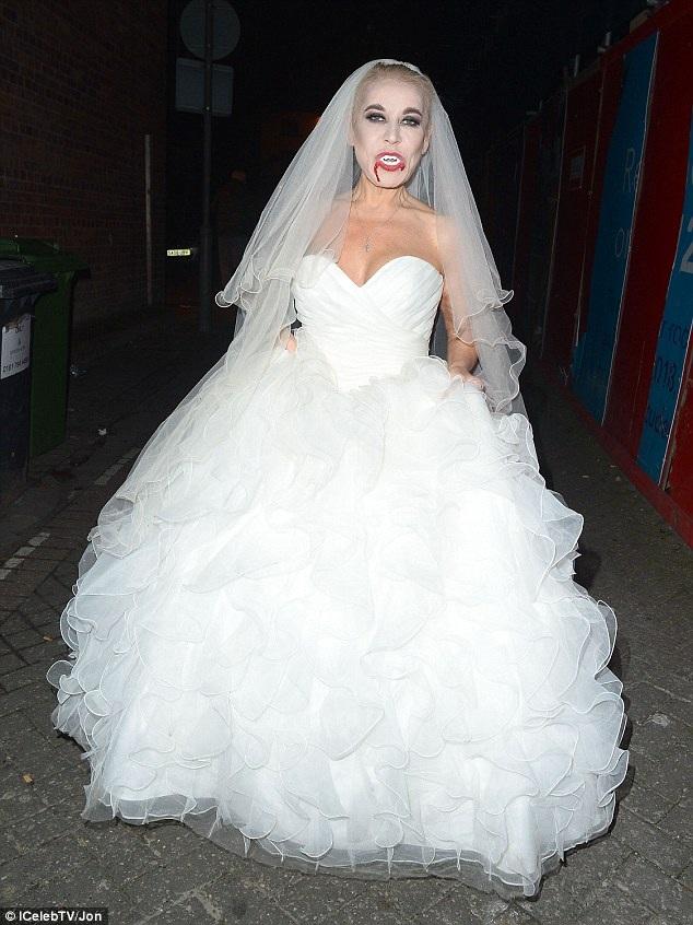Tina Malone hóa thành cô dâu ma ghê rợn.