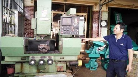 Ông Bảy giải thích cơ chế hoạt động của máy sấy NK700.