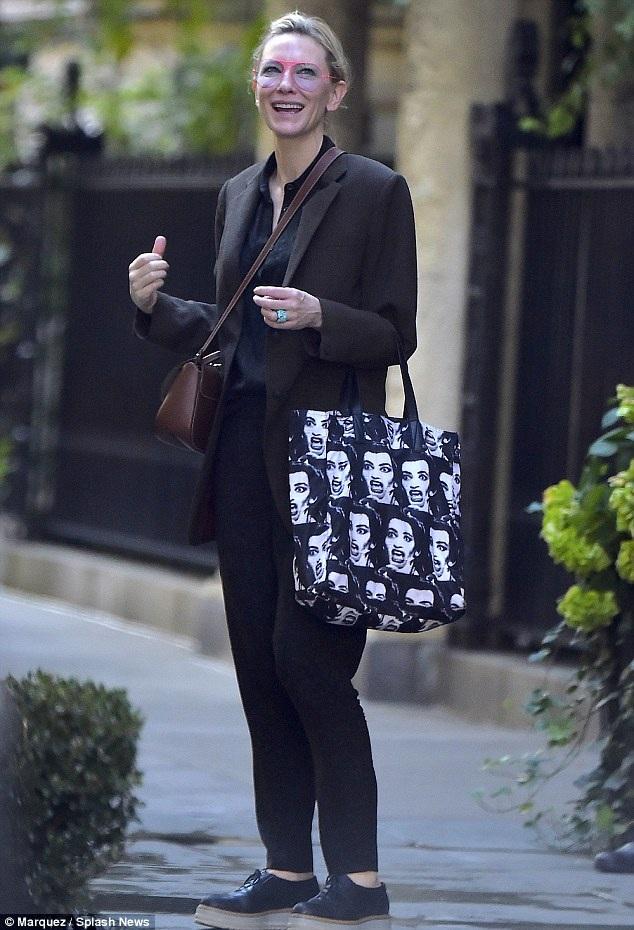 Cate Blanchett cười tươi khi xuất hiện trên đường phố New York ngày 20/10 vừa qua - ít ngày sau khi chồng cô Andrew Upton bị lộ ảnh thân mật với nữ diễn viên trẻ Harriet Dyer