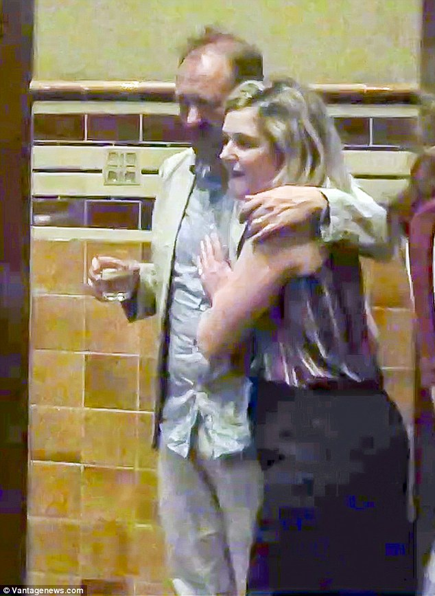 Andrew, 50 tuổi và nữ diễn viên Harriet, 27 tuổi bị bắt gặp thân mật đi chơi tối tại Sydney hôm đầu tuần