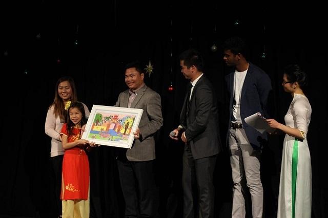 """Phần bán vé bốc thăm bức tranh độc bản """"Quảng Bình quê em"""" trong sự kiện Talent Show for Vietnam Hurricane Relief 2016."""