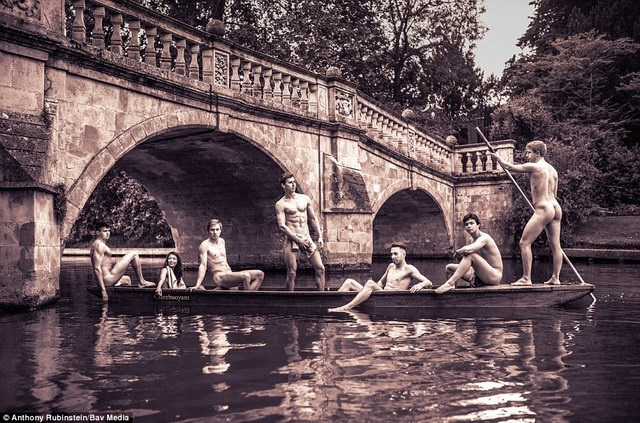 Các sinh viên trong đội bơi thực hiện những bức hình trên một dòng sông của thành phố
