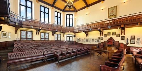 Phòng tranh luận dành cho sinh viên, cũng là nơi được đặt ra theo nguyên mẫu quốc hội Anh, khi hai phe đối lập đối mặt và tranh luận với nhau