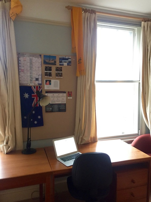 Không gian sinh hoạt, học tập đơn giản và ấm cúng của 1 sinh viên Cambridge