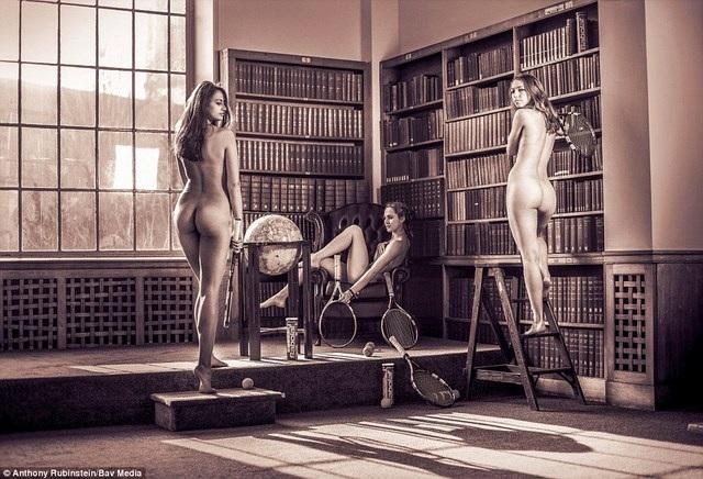 Đội tuyển quần vợt nữ thực hiện bức hình trong thời gian các trường đại học đóng cửa để hạn chế tối đa sự chú ý của người đi bộ.