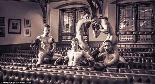 Các chàng trai trong đội quyền anh đã vui vẻ thực hiện bộ ảnh. Một số người đàn ông tự nguyện bỏ đói bản thân trong 24 giờ để thân hình đẹp hơn.