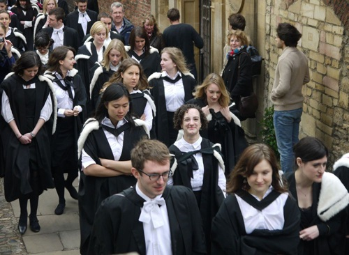 Các sinh viên mặc trang phục học giả trong ngày tốt nghiệp